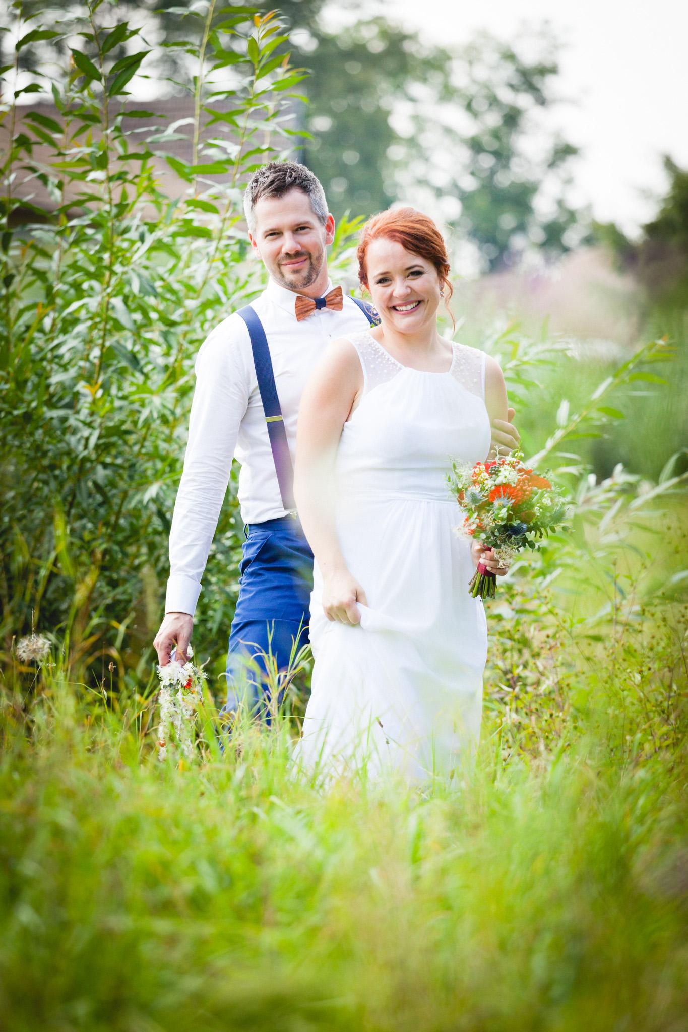 Nevěsta a ženich, portrét v trávě