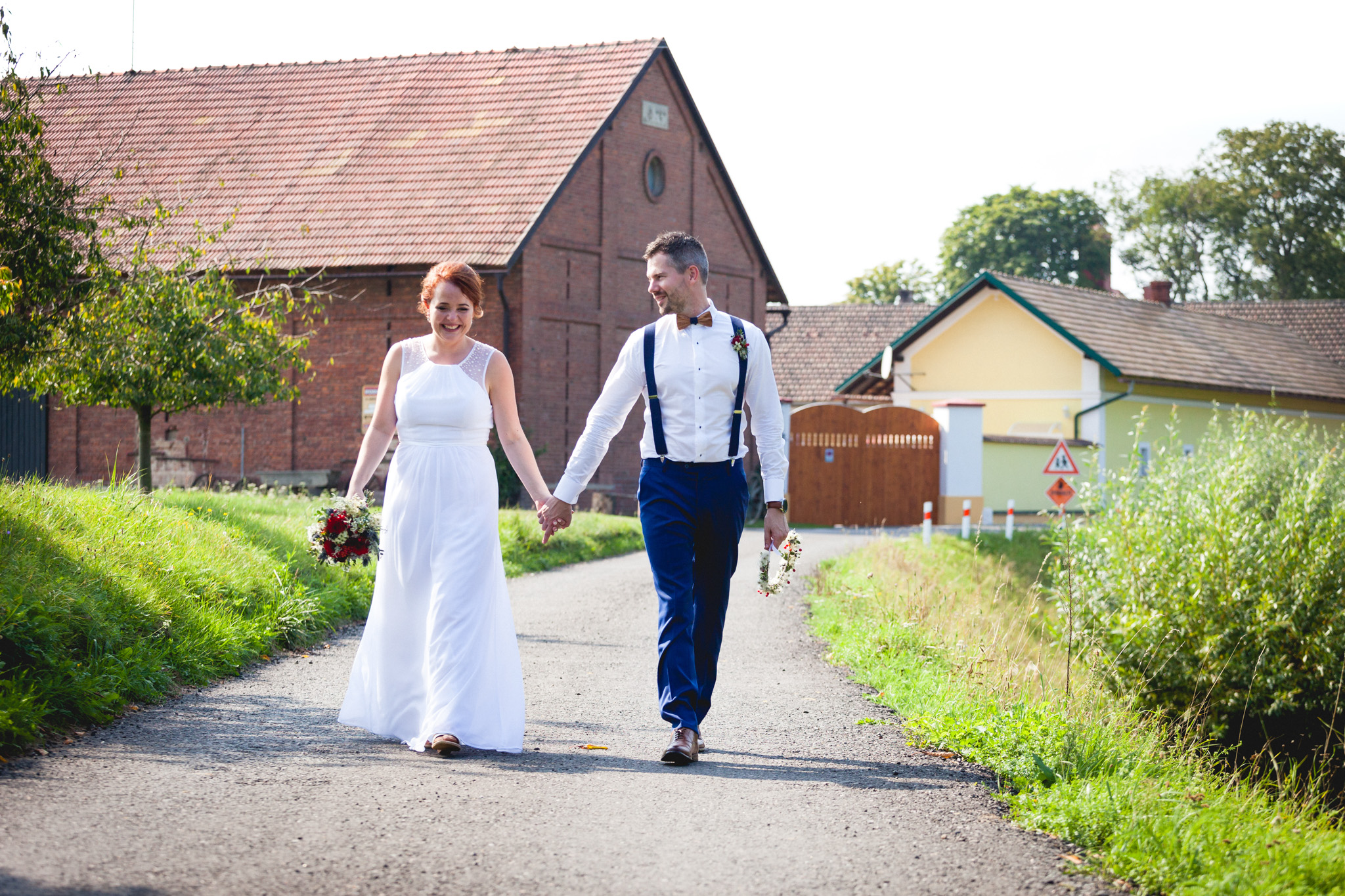 Nevěsta a ženich se procházejí