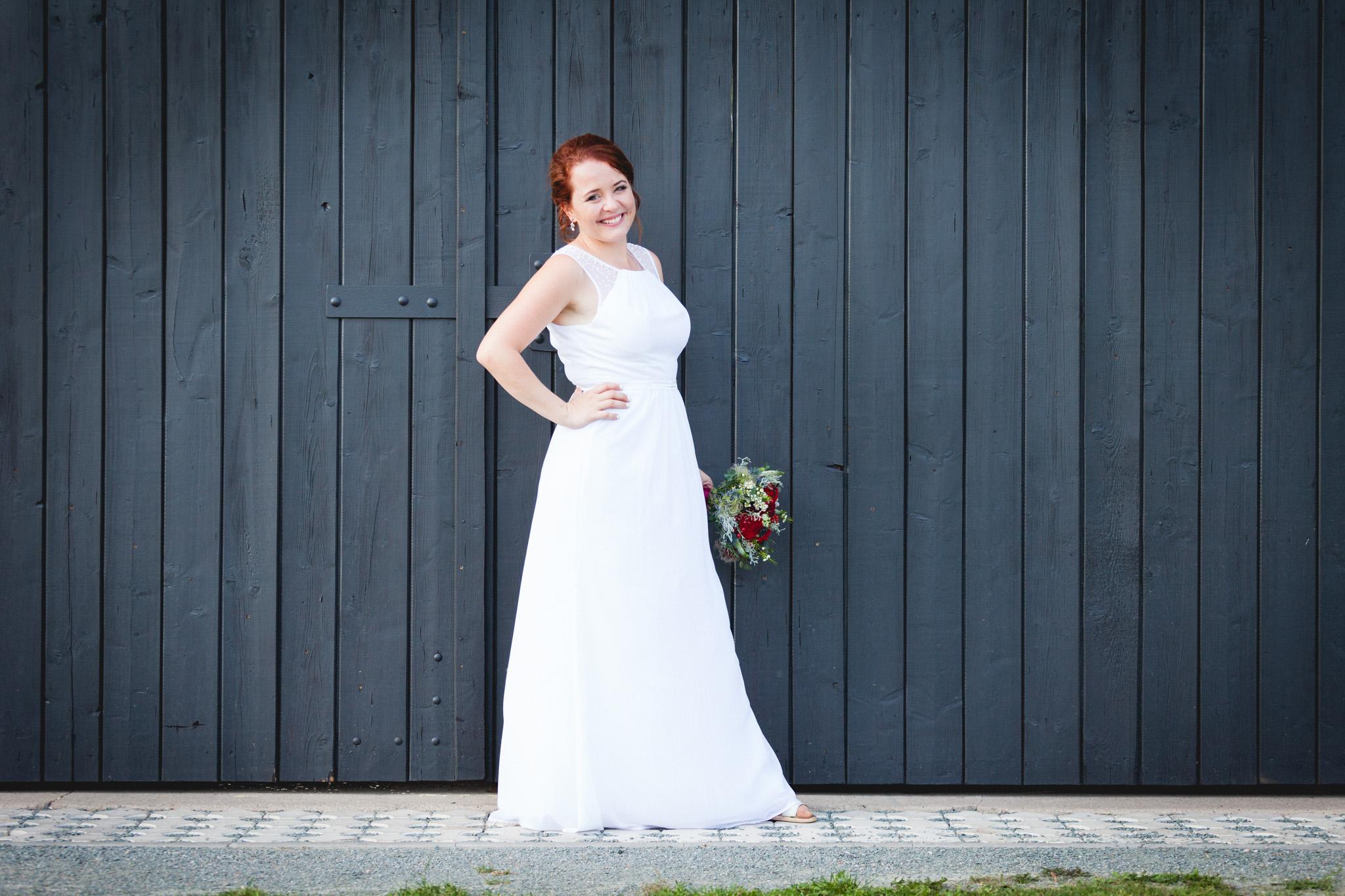 Nevěsta před vraty stodoly