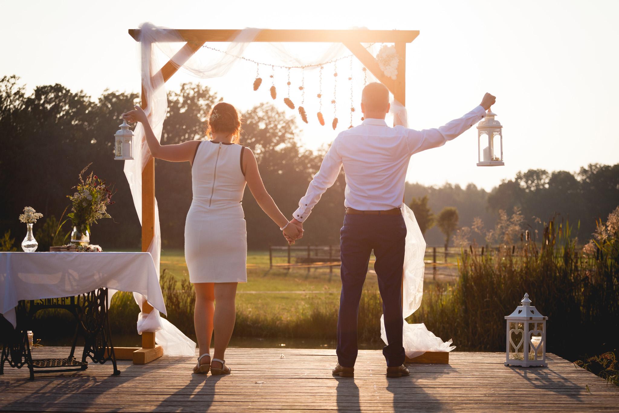 Nevěsta a ženich drží lampy