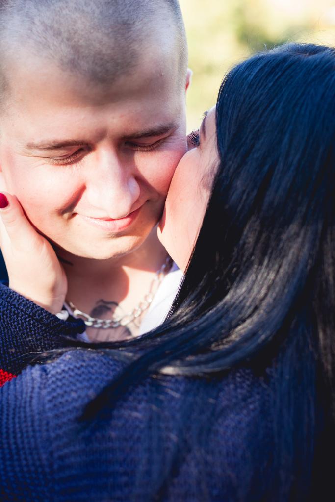 Manželka dává pusu na tvář svému muži