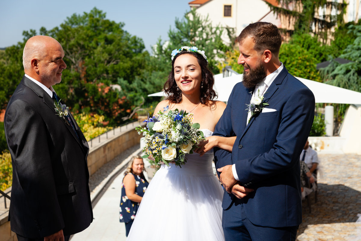 Tatínek předává nevěstu ženichovi, obřad