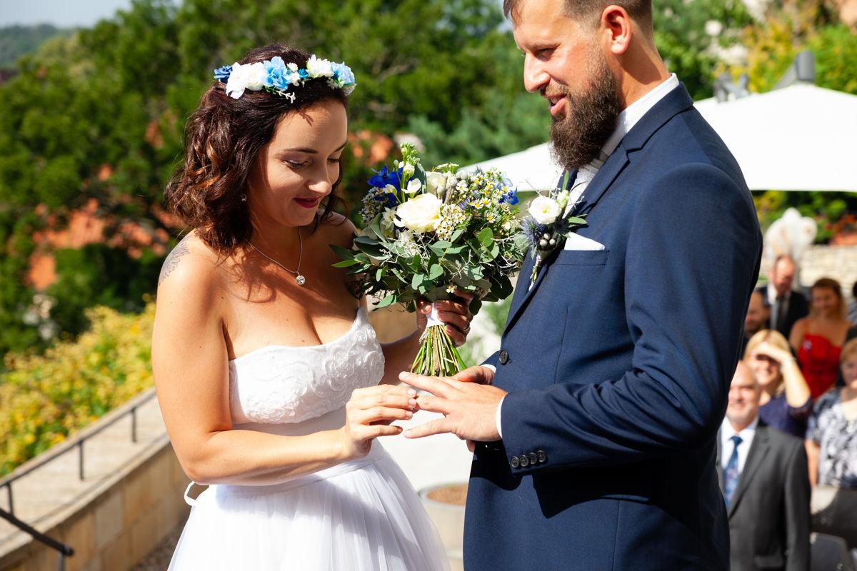 Nevěsta nasazuje ženochovi prstýnek