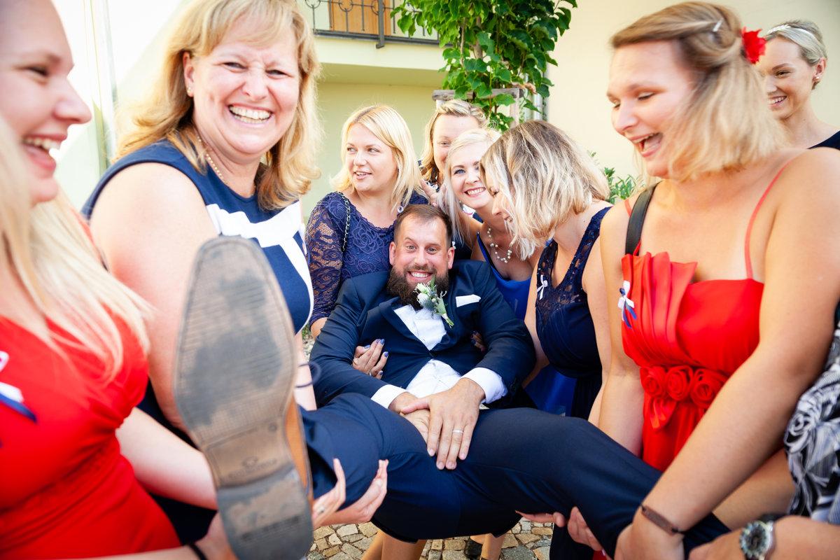 Ženicha drží svatebčanky