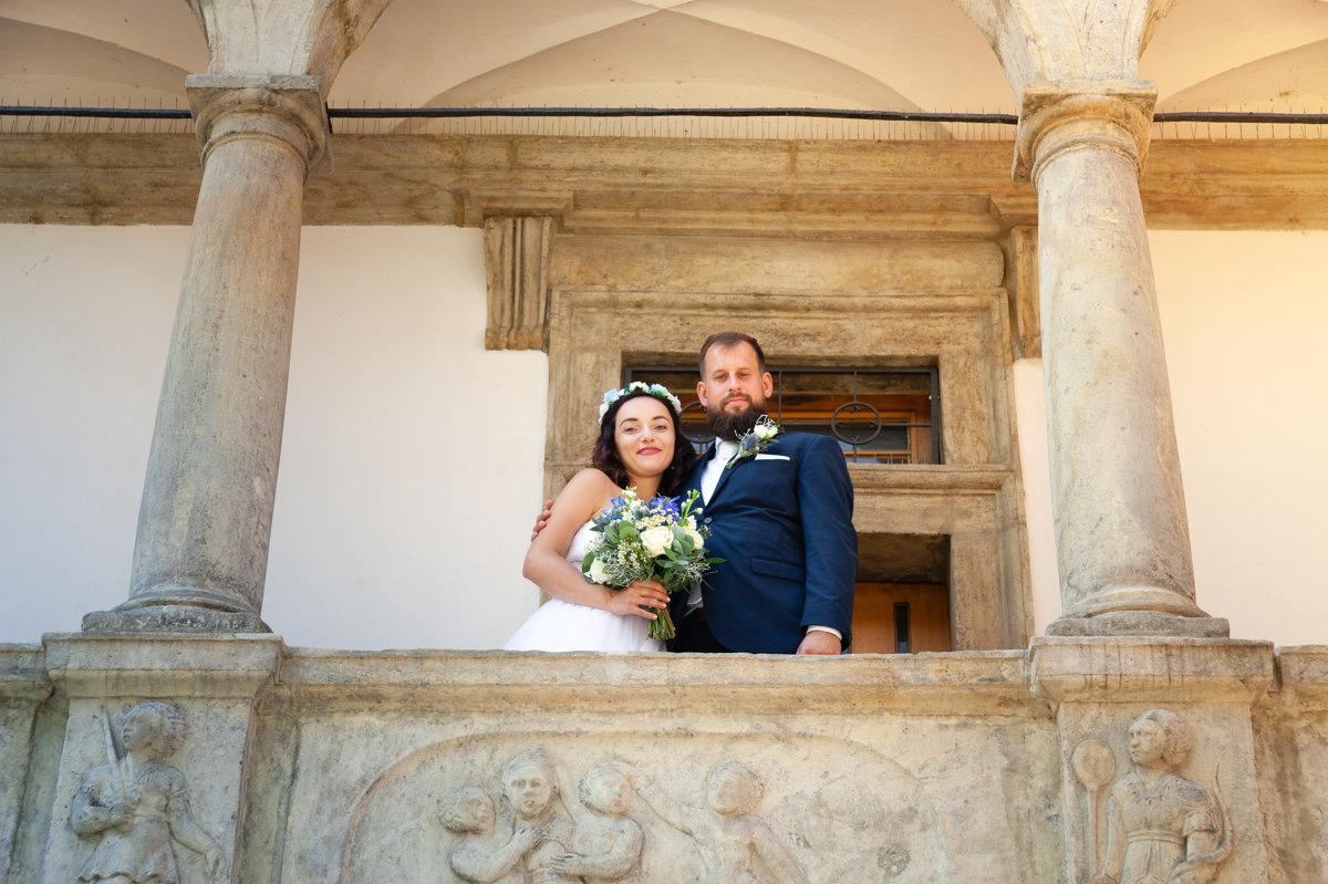 Nevěsta se ženichem stojí na balkoně loutkářského muzea, Chrudim