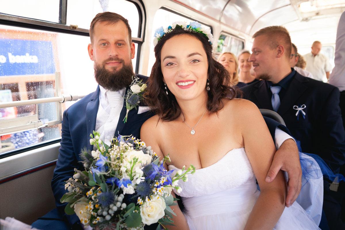Portrét nevěsty a ženicha sedící v autobuse