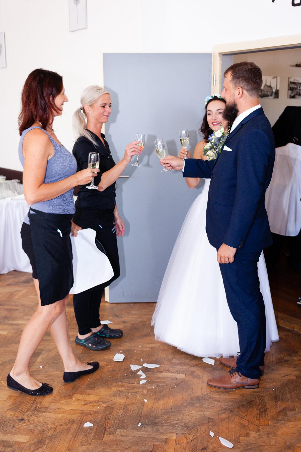 Společný přípitek, svatba, restaurace