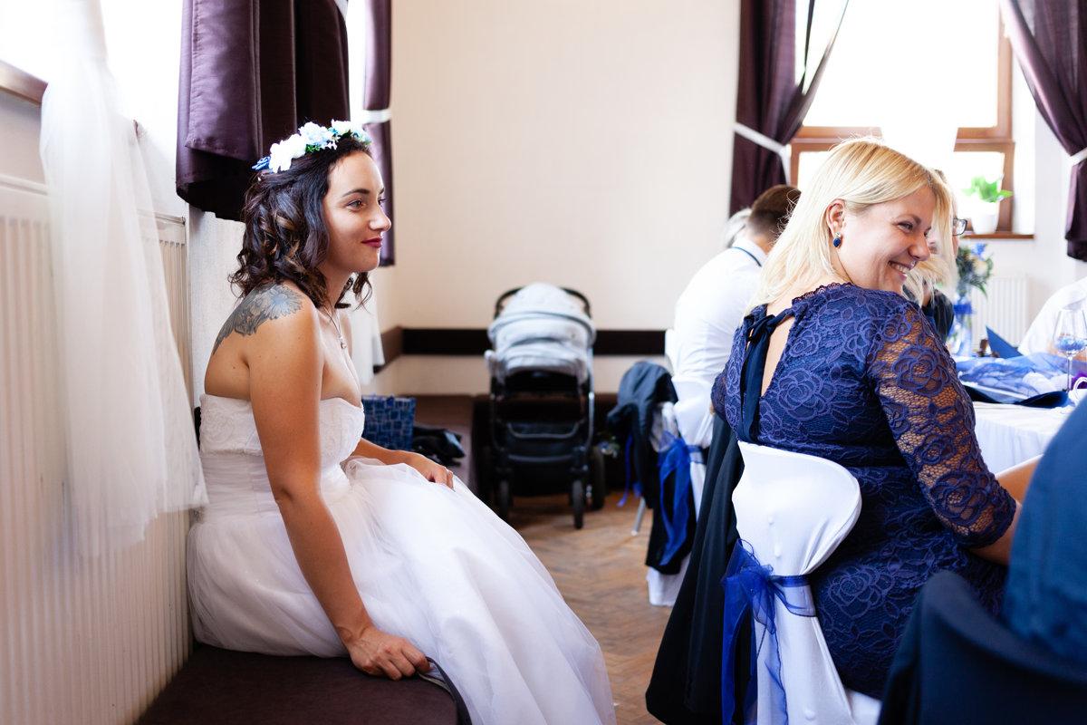 Detail bavící se nevěsty