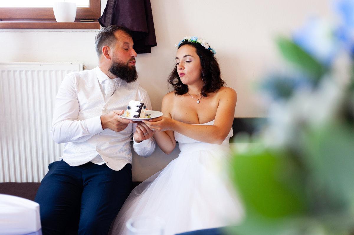 Nevěsta se ženichem jí svatební dort