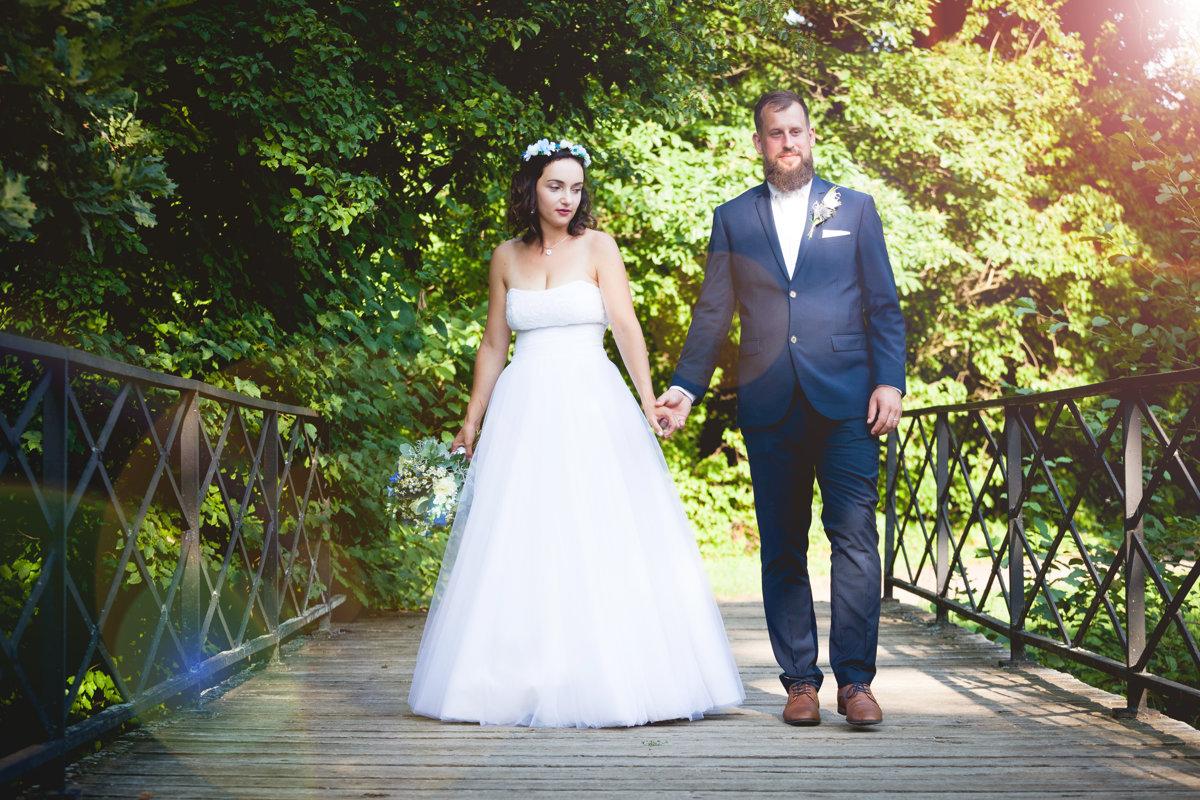 Nevěsta se ženichem jdou po mostku, zámek Choltice