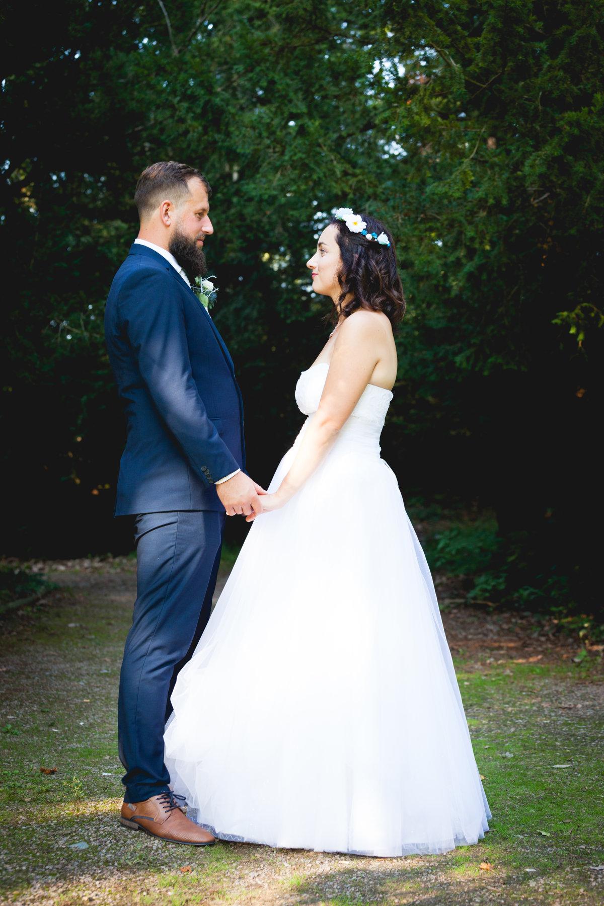 Nevěsta se ženichem se drží za ruce