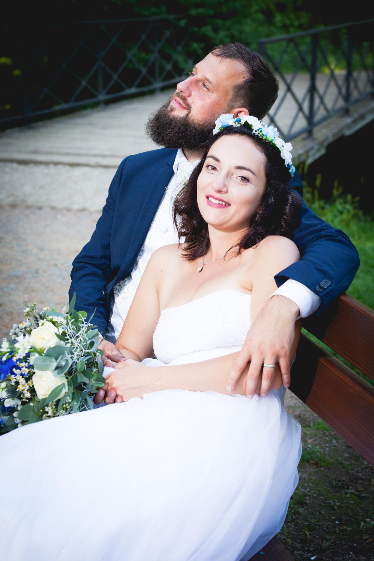 Svatební portrét, sezení na lavičce