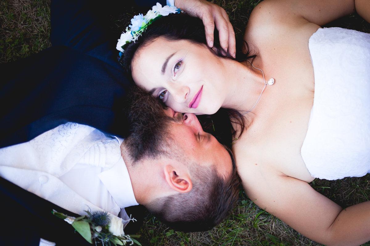 Svatební póza, hlavy u sebe, ženich líbe nevěstu
