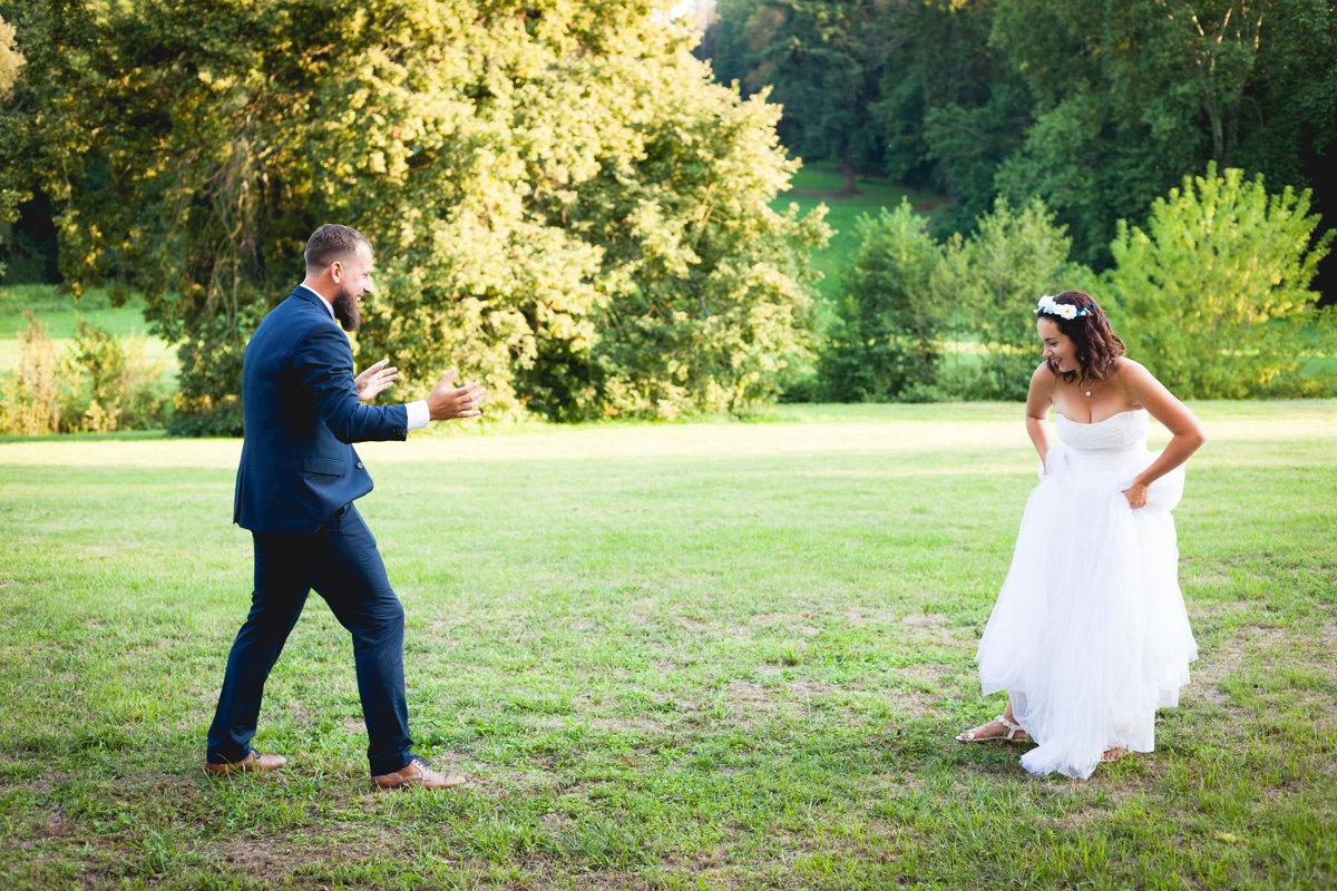 Nevěsta se připravuje skočit ženichovi do náruče