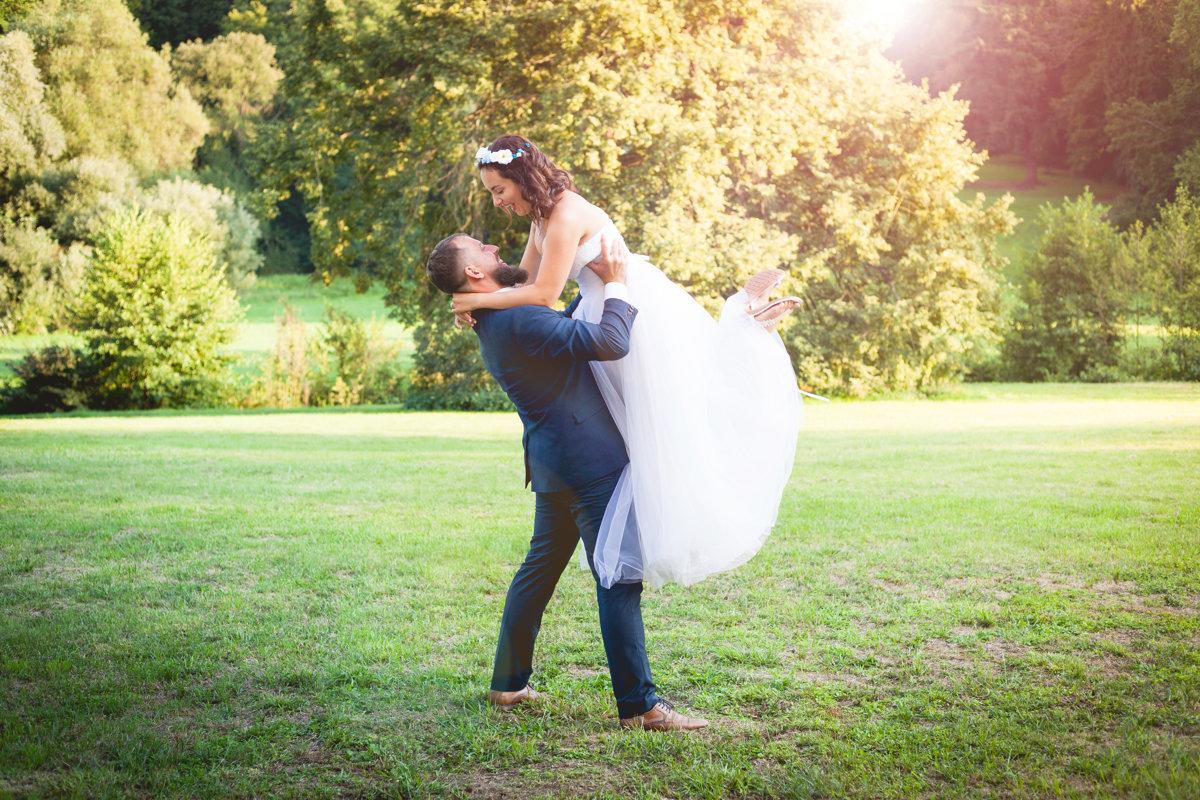 Nevěsta vyskočila do náruče ženichovi, zámek Choltice