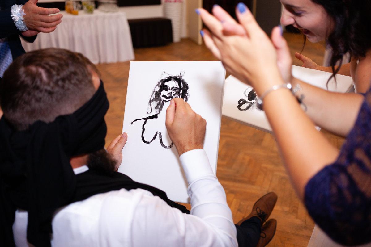 Svatební hra - ženich maluje nevěstu
