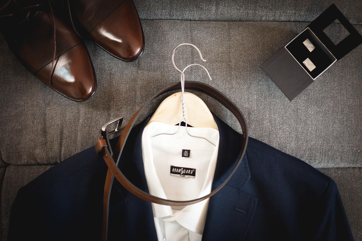 Detail na sako, boty a manžetové knoflíčky, ženich