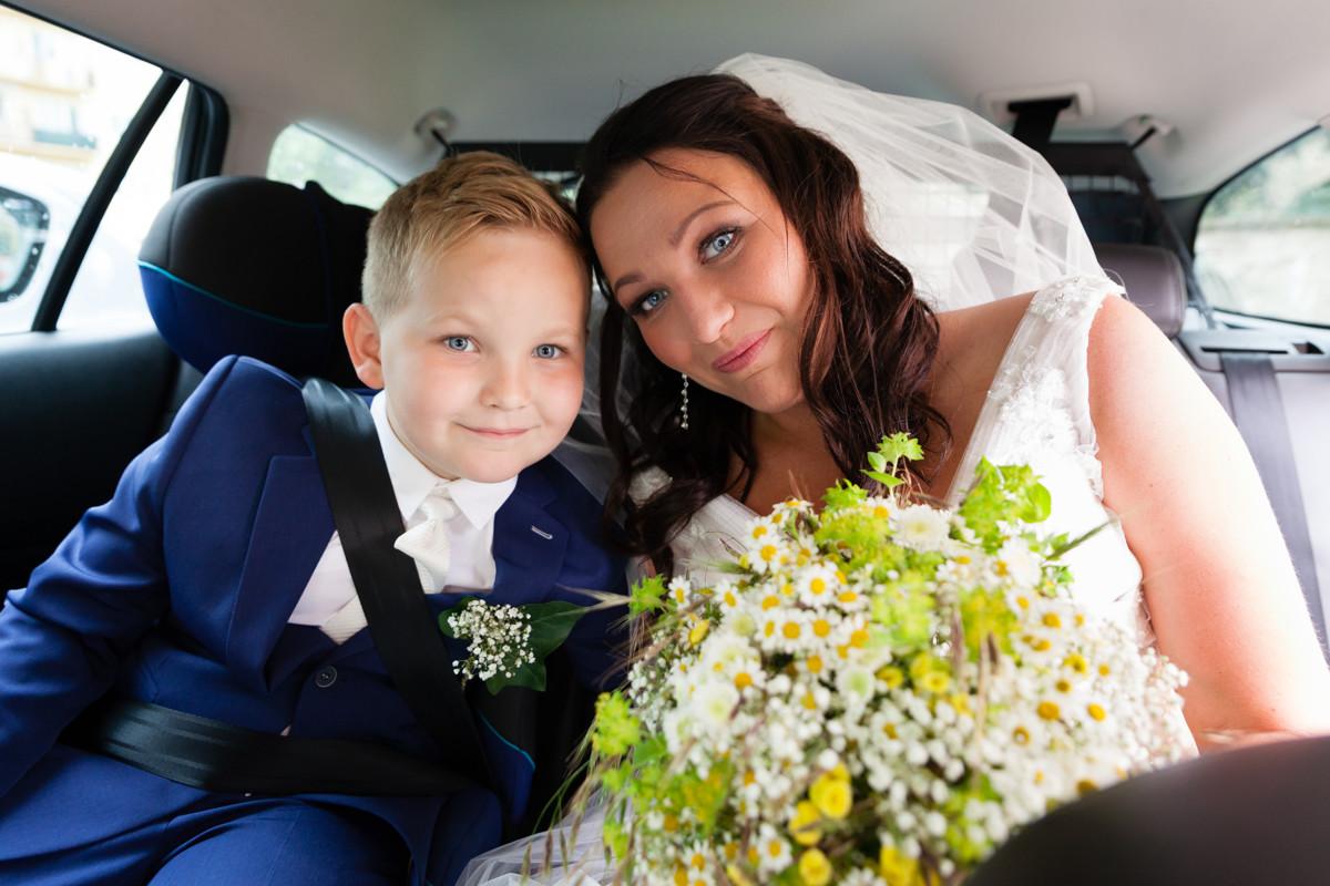 Nevěsta se synem v autě, portrét