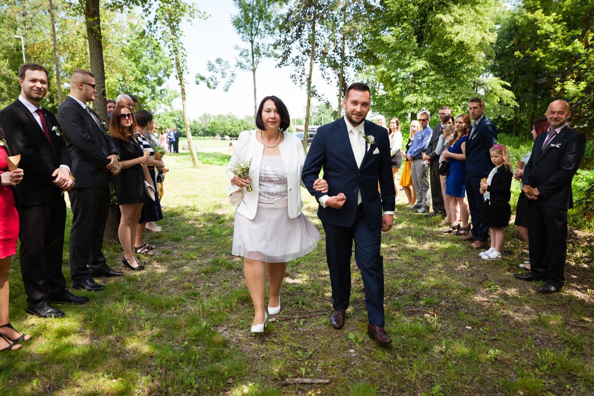 Maminka vede ženicha, svatební obřad