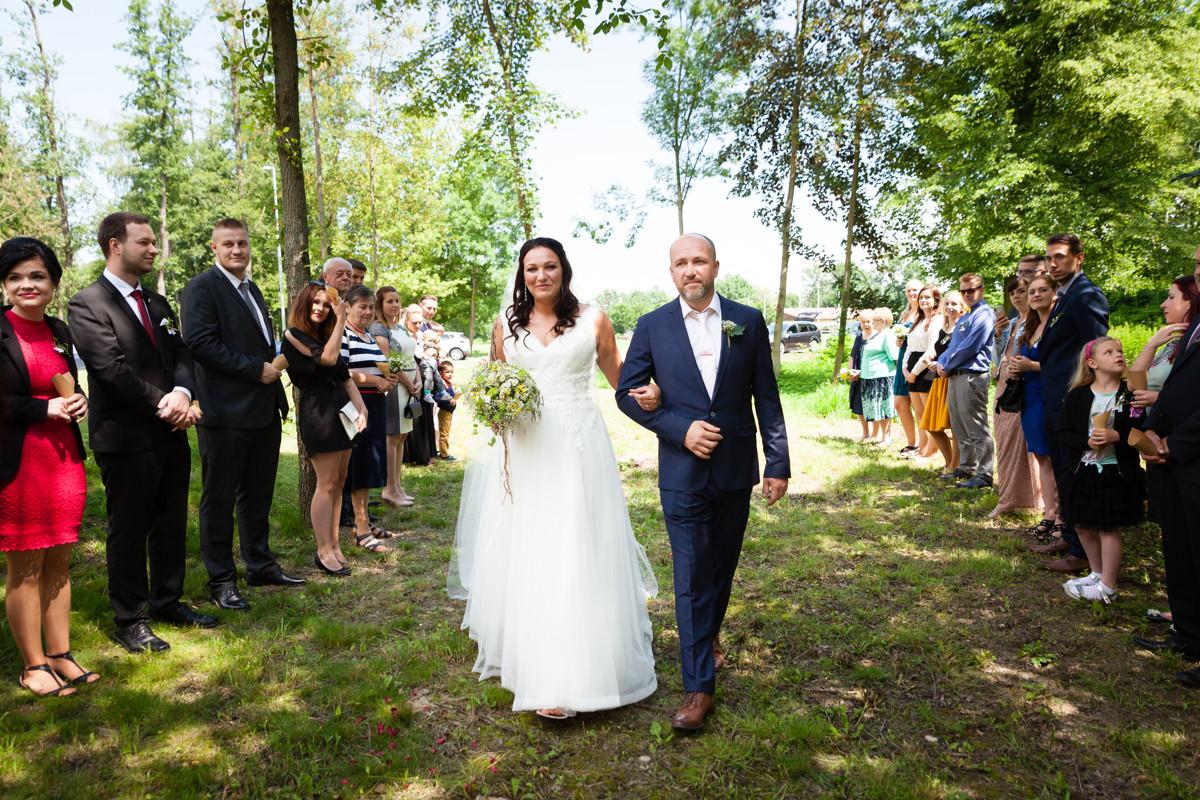 Tatínek vede dceru nevěstu, svatební obřad
