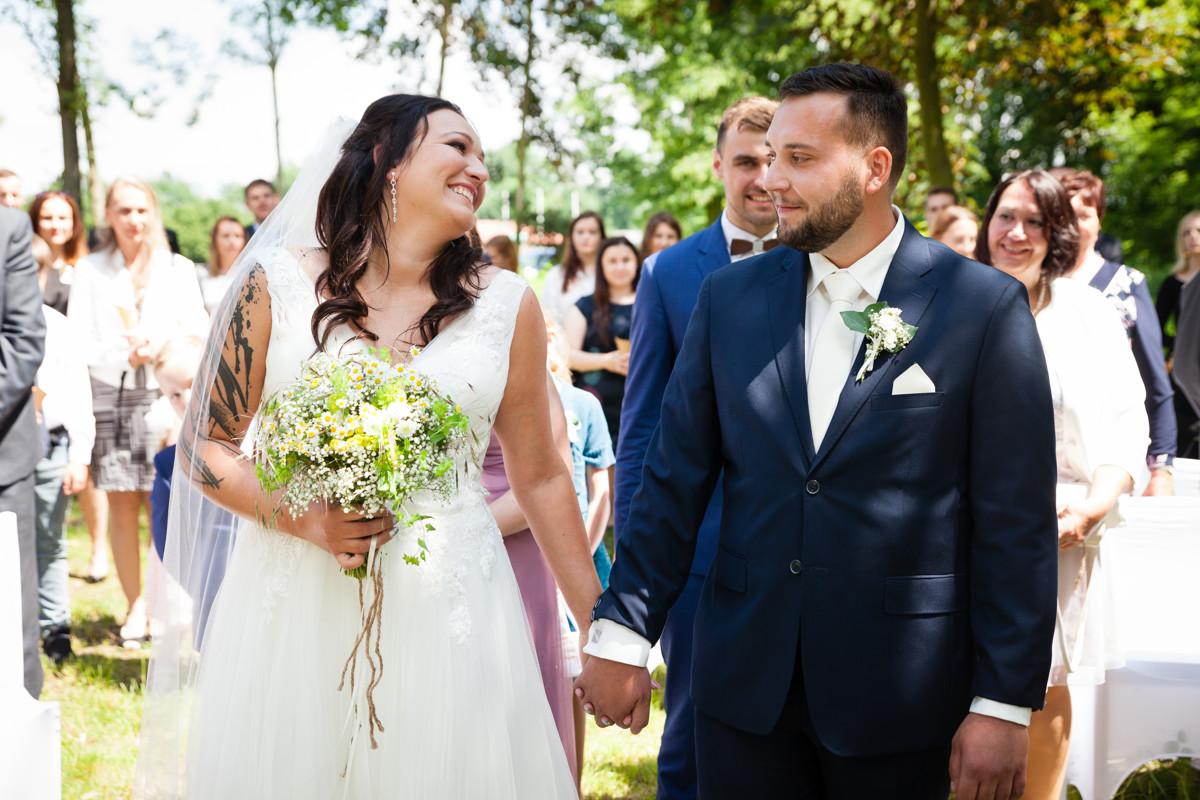 Romantický úsměv nevěsty na ženicha, svatební obřad