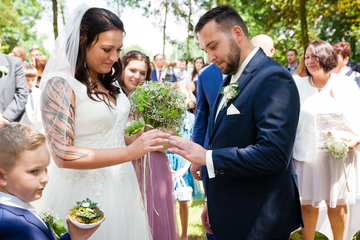 Nevěsta nasazuje ženichovi prstýnek