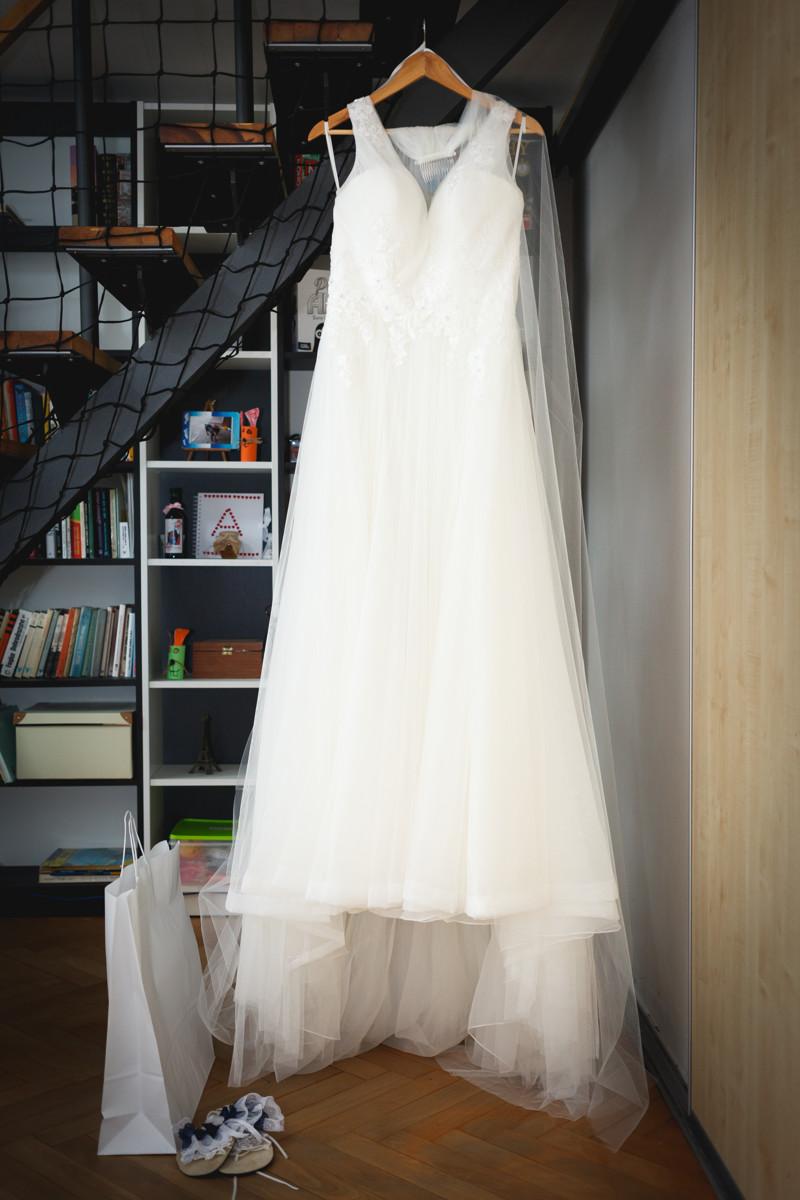 Šaty nevěsty visí na schodech