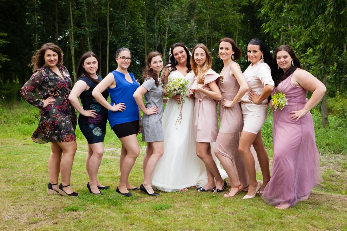 Portrét nevěsty s kamarádkami