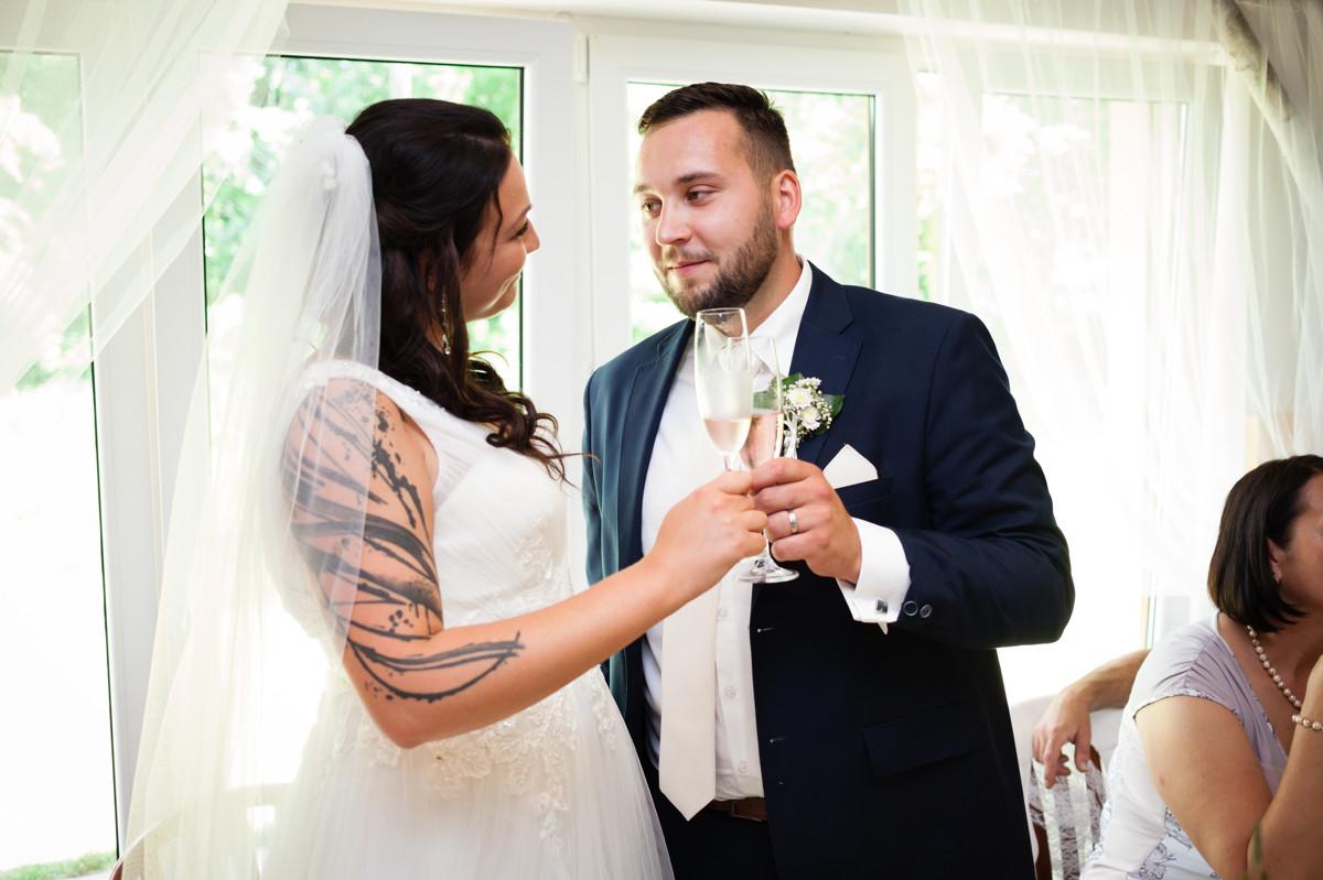 Nevěsta a ženich, přípitek, svatba