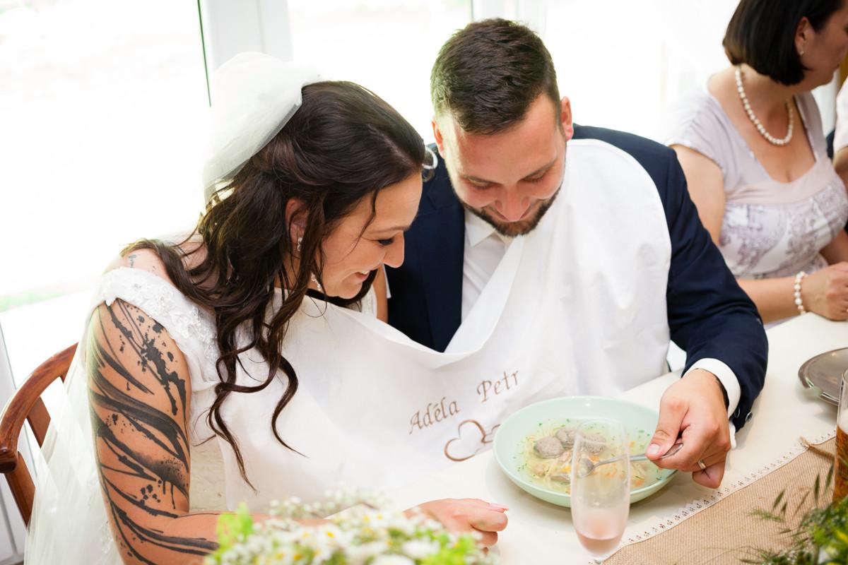 Nevěsta s ženichem jí polévku