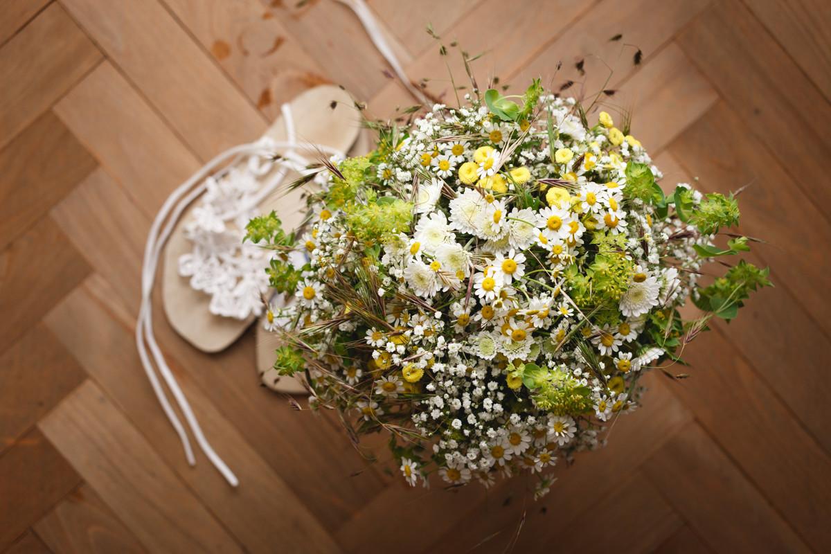 Detail svatební kytice s botami