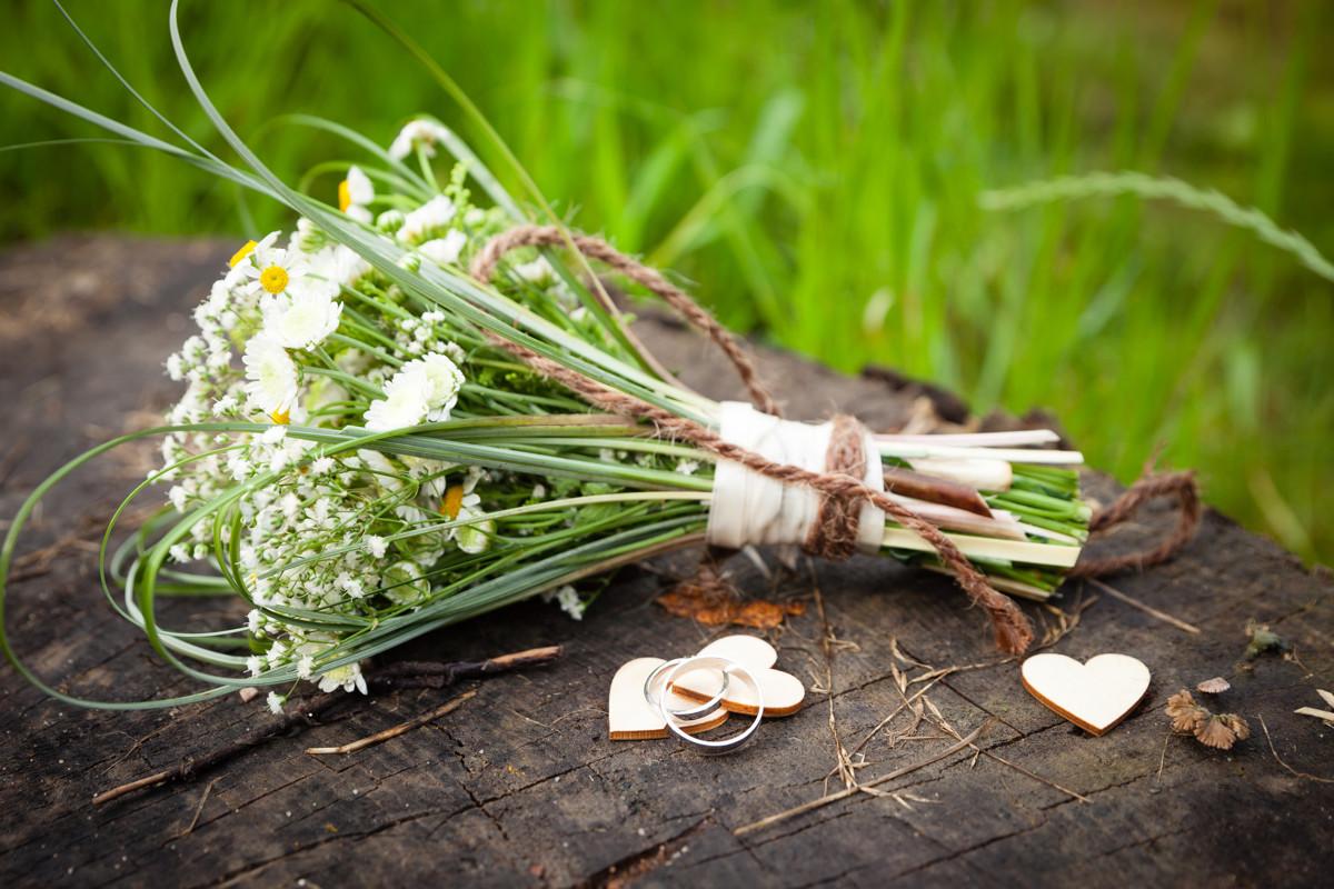 Detail na svatební kytici a prstýnky