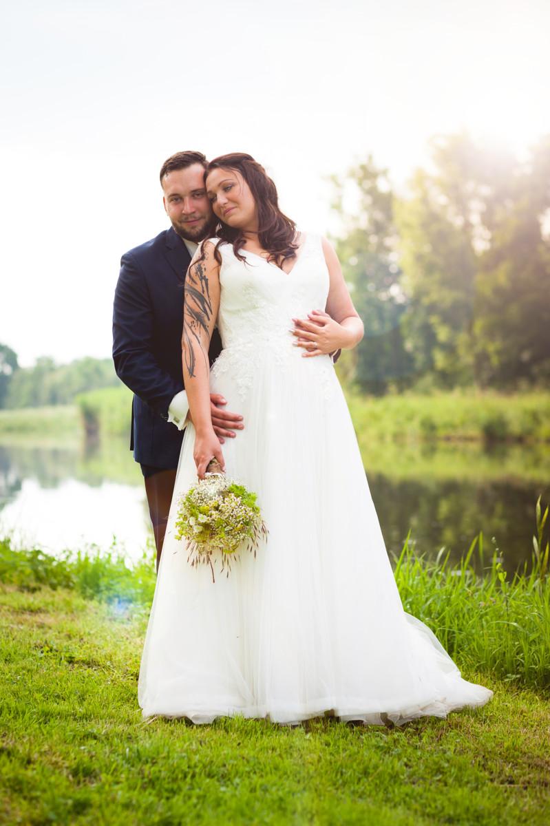 Svatební portrét u řeky, svatba, nevěsta, ženich