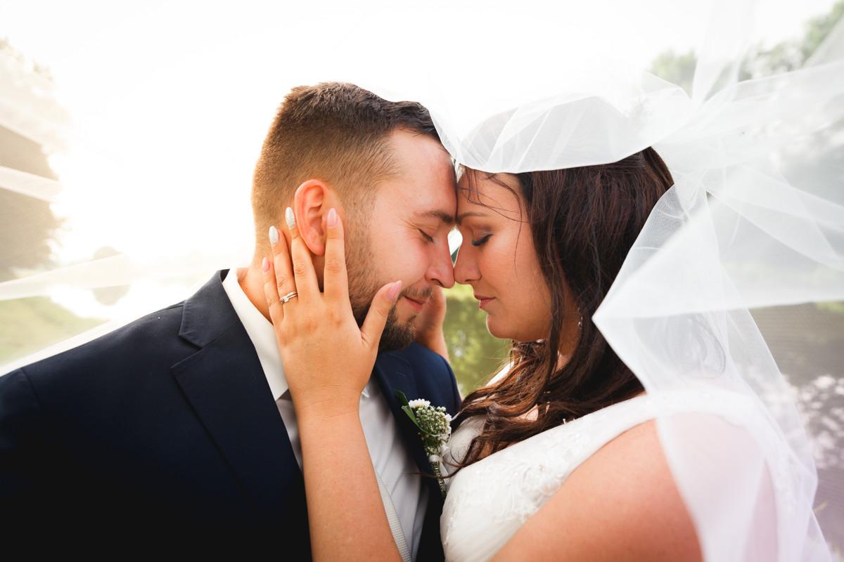 Detail na nevěstu a ženicha, portrét, závoj