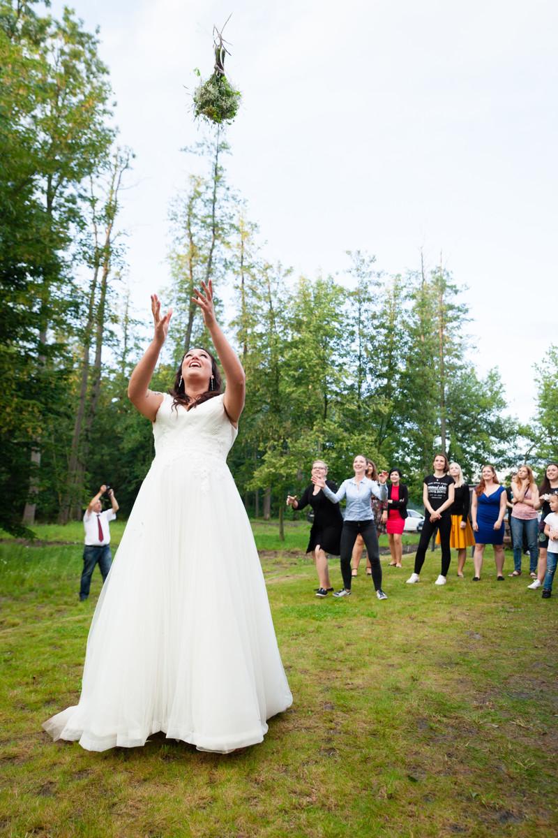 Nevěsta hází kytici na svatbě