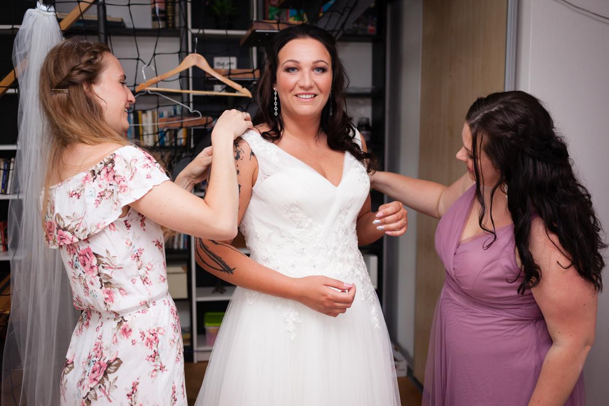 Oblékání nevěsty do šatů