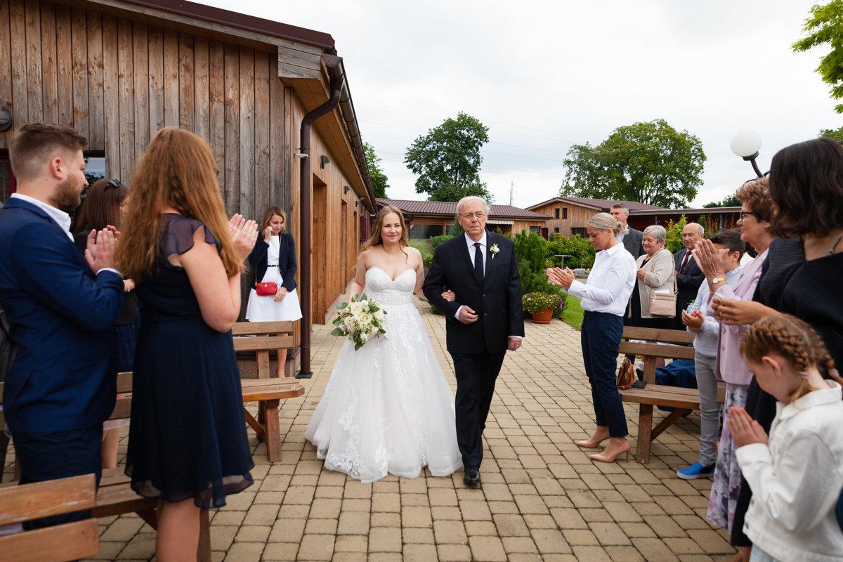 Tatínek vede nevěstu ke svatebnímu oltáři, Ranč Orlice