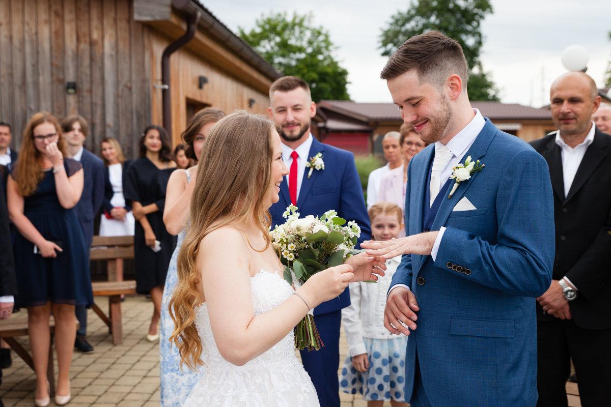 Nevěsta nasazuje prstýnek ženichovi