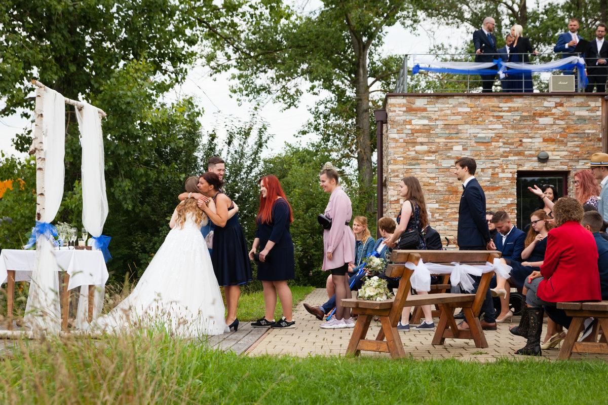 Nevěsta se ženichem přijímají gratulace
