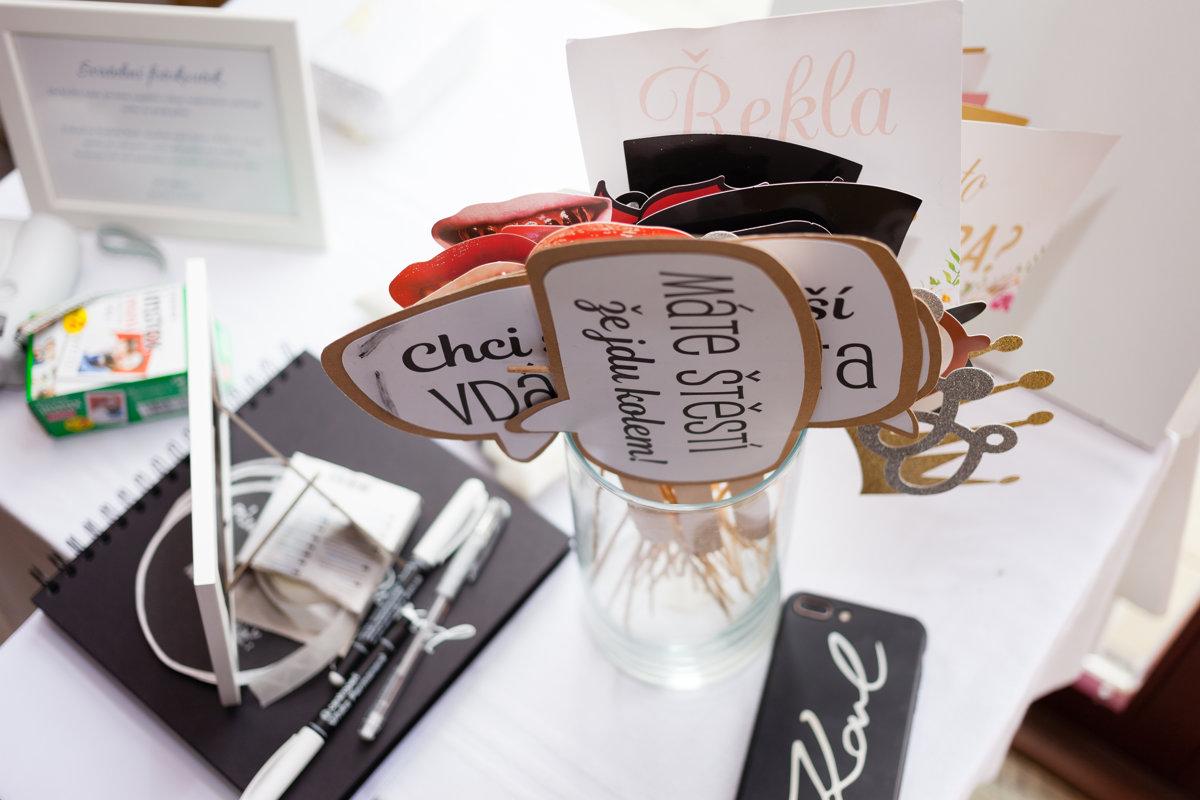 Detail na svatební dekoraci na stole