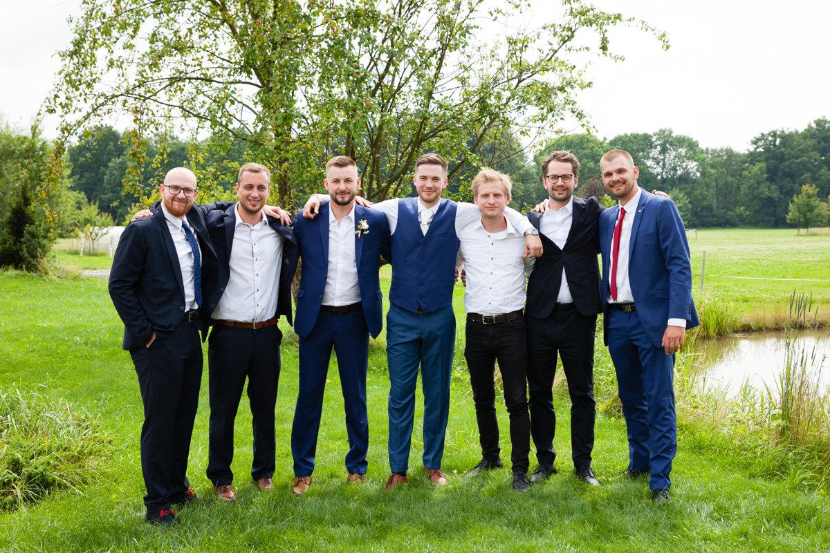 Skupinová fotka, ženich s kamarády