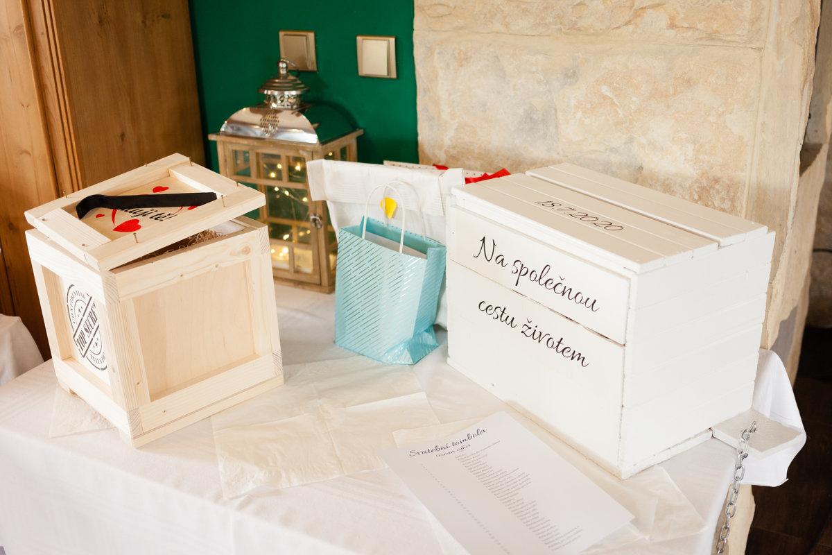 Stůl s dary pro nevěstu a ženicha
