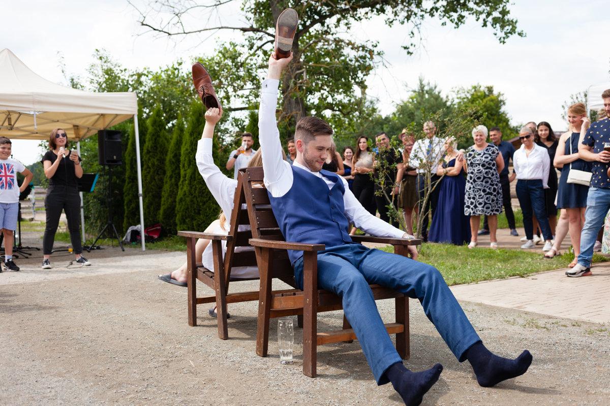 Svatební kvíz, hra, ženich drží botu