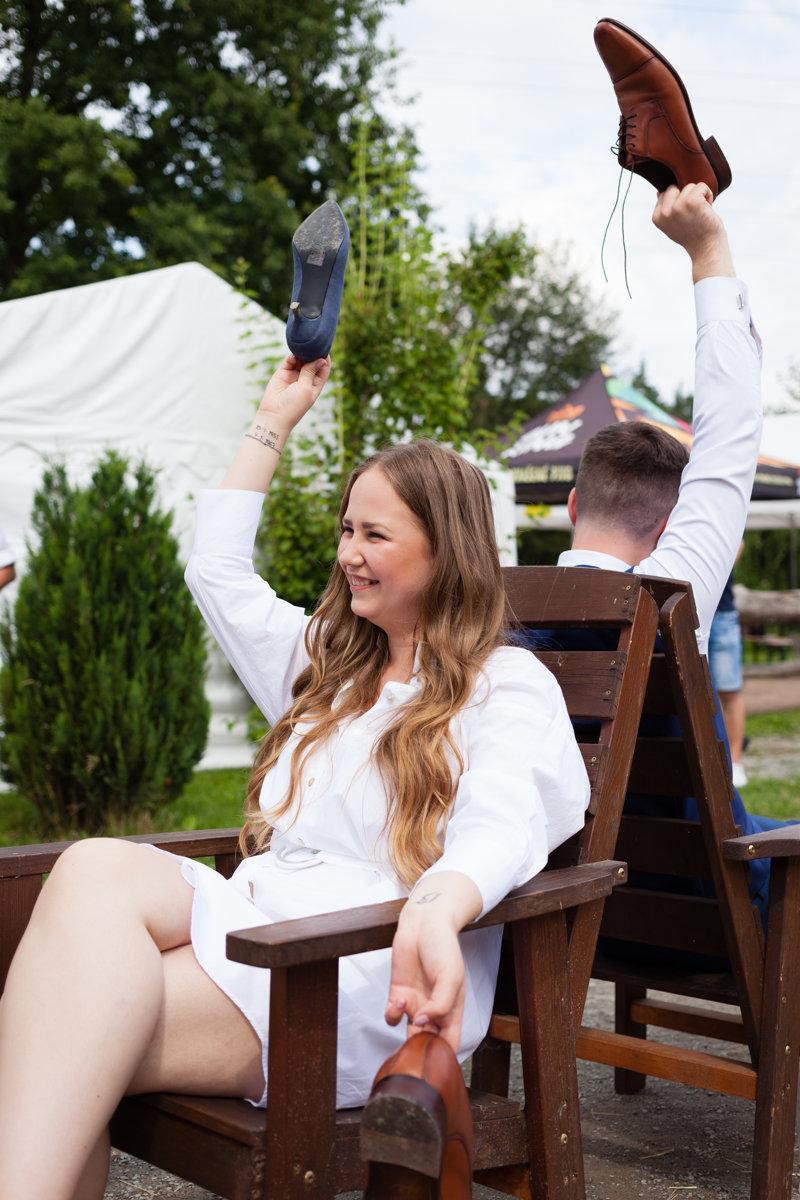 Svatební kvíz, nevěsta zvedá dámskou botu a směje se