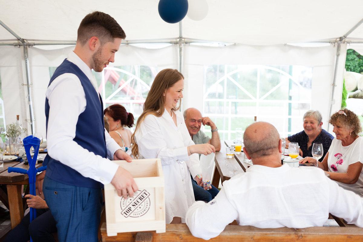 Smějící se nevěsta prodává lístky do tomboly