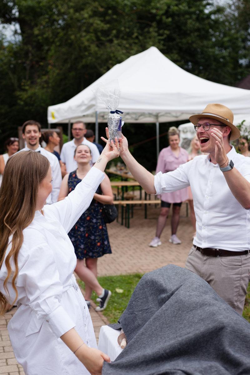 Svatební host se raduje z tomboly, kterou vyhrál