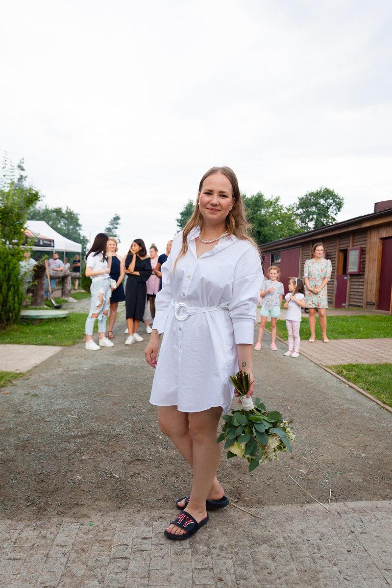 Nevěsta se svatební kyticí chvíli před házením