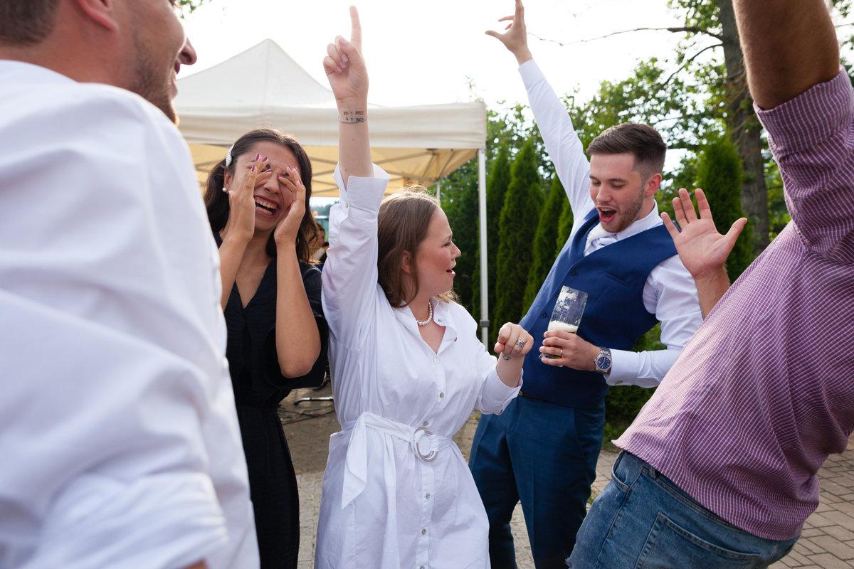 Nevěsta se ženichem tancují na svatbě