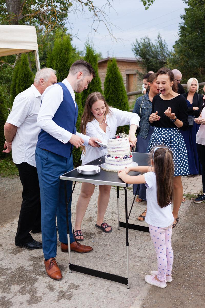 Nevěsta krájí dort