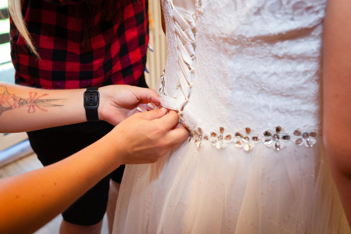 Zavazování šatů nevěsty